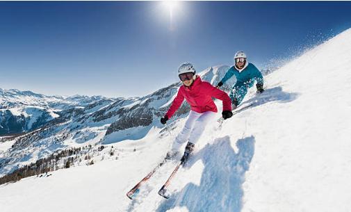 deux skieurs descendent une piste