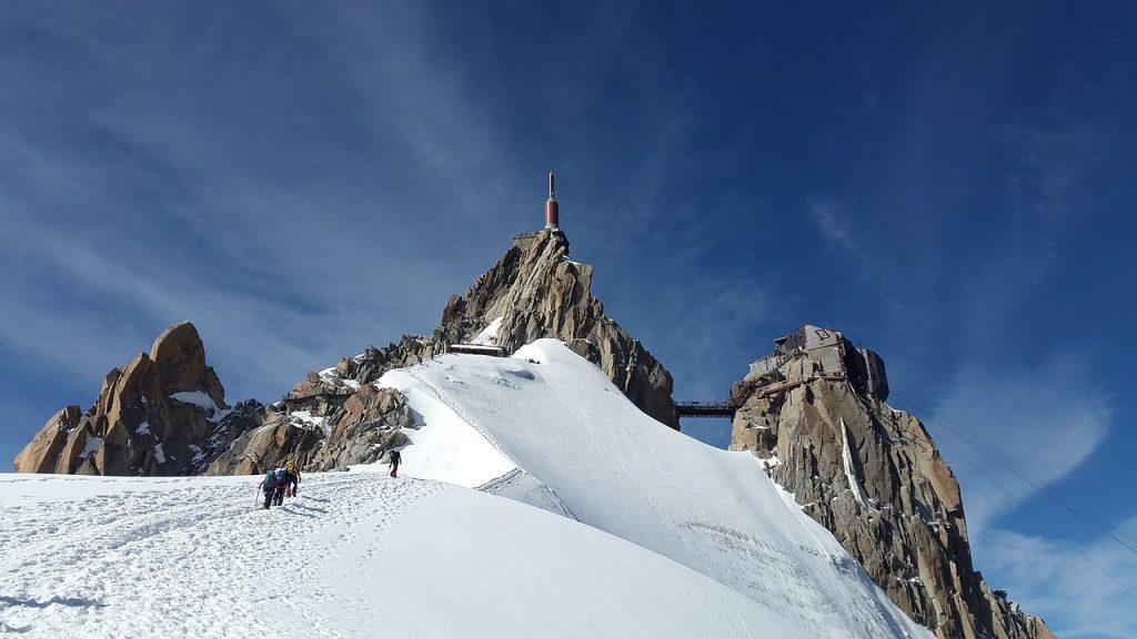 vue sur le sommet de l'aiguille du midi avec randonneurs qui font l'ascension